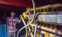 Thuyền trưởng Thanh lấm lem dầu mỡ và vật vã vì máy thủy Trung Quốc Ảnh: L.V.C