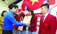 Anh Bùi Quang Huy, Bí thư T.Ư Đoàn TNCS Hồ Chí Minh trao bằng khen cho các VĐV điền kinh giành HCV tại SEA Games 30. Ảnh: MẠNH THẮNG