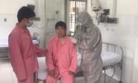Sau khi điều trị thành công một trường hợp không còn dương tính với virus corona, hiện Bệnh viện Chợ Rẫy (TP Hồ Chí Minh) đang tiếp tục điều trị tích cực cho bệnh nhân còn lại. Ảnh: TTXVN