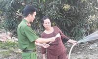 Công an tỉnh Bình Dương phát tờ rơi đến người dân để nhận diện đối tượng Lê Quốc Tuấn