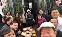 Hình ảnh cuối cùng của NSƯT Vũ Mạnh Dũng (bìa phải) do chính anh tự chụp tại buổi gặp mặt đầu năm của Nhà hát Nhạc Vũ Kịch Việt Nam sáng 18/2 được NSƯT Trần Ly Ly chia sẻ trên Facebook
