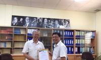 GS. TS Lương Văn Hy (trái) trong buổi làm việc tại Trường ĐH Khoa học Xã hội và Nhân văn TPHCM
