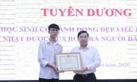 Ðoàn Tuấn Anh nhận Giấy khen của Giám đốc Sở GD&ÐT Hà Nội