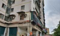 Nhà A1 Khu TÐC Ðền Lừ (quận Hoàng Mai), tầng 1 phải quây rào để tránh nguy hiểm nhiều năm nay