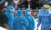 Lực lượng y tế Ðà Nẵng làm việc cật lực trong ngày đầu cách ly xã hội Ảnh: Nguyễn Thành