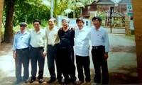 Dịch giả (kính đen) bên các bạn tù Côn Ðảo, năm 2008. Ảnh: NNCC