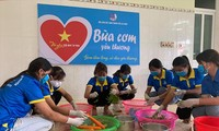 """Các tình nguyện viên chuẩn bị """"Bữa cơm yêu thương"""" tặng thí sinh dân tộc có hoàn cảnh khó khăn ở Lai Châu Ảnh: PV"""