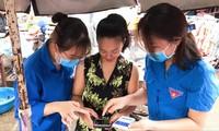 Thanh niên tình nguyện Hà Giang đến các khu chợ hướng dẫn bà con cài đặt, sử dụng ứng dụng Bluezone Ảnh: PV