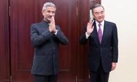 Ngoại trưởng Trung Quốc Vương Nghị (phải) gặp ngoại trưởng Ấn Ðộ Subrahmanyam Jaishankar tại Moscow, Nga ngày 10/9. Ảnh: China Daily/REUTERS