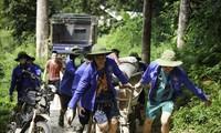 Các chiến sĩ tình nguyện Mùa hè xanh ÐH Công đoàn không quản ngại vất vả để mang lại diện mạo nông thôn mới cho xã Tri Phú (huyện Chiêm Hóa, tỉnh Tuyên Quang) Ảnh: CTV