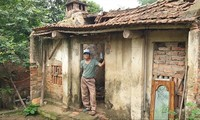 Người dân ở ngôi nhà cấp 4 xuống cấp ở Minh Tân đang ngóng chờ từng ngày được phép xây dựng Ảnh: Văn Việt