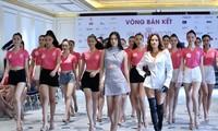 Hoa hậu Trần Tiểu Vy và người mẫu Như Vân thị phạm cho thí sinh chạy nước rút tới Bán kết Ảnh: NHƯ Ý