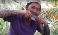 Ảnh cắt từ video ăn cá sống, còn đang giãy trên mạng