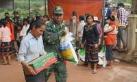 Bộ đội Biên phòng Quảng Trị đưa người dân ra khỏi vùng lũ đêm 17/10. Ảnh: Lộc Liên