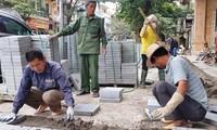 Công nhân thi công lát đá tại công trường ở phố Hòa Mã (Hai Bà Trưng)