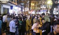 Tối 24/12, nhiều người đi chơi Giáng sinh chủ quan không đeo khẩu trang nơi công cộng tại quận Hoàn Kiếm, Hà Nội. Ảnh: Như Ý
