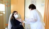 Một bác sỹ ở Florence, Ý được tiêm vắc-xin của hãng Pfizer Ảnh: Reuters