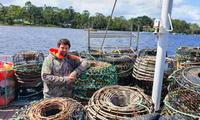 Ngư dân Úc Jason Hart phải bán tôm hùm tại cảng vì không xuất được sang Trung Quốc như trước Ảnh: abc.net