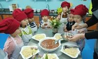 Trẻ mẫu giáo Trường mầm non Thực hành Linh Ðàm (Hà Nội) trong một giờ học làm món mỳ Ý