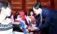 Bí thư thứ nhất T.Ư Ðoàn Nguyễn Anh Tuấn trao phần thưởng cho tấm gương thanh niên khuyết tật, tối 28/12 Ảnh: Dương Triều