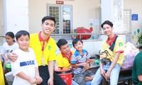 Trần Tuyên (thứ 2, từ trái qua) trong lần tham gia hoạt động tình nguyện ẢNH: NVCC