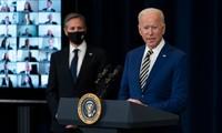 Tổng thống Biden, bên cạnh là ngoại trưởng Blinken, nói chuyện với các nhân viên Bộ Ngoại giao Mỹ. Ảnh: WSJ