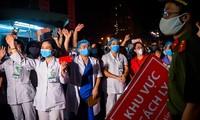 """Tuy có vắc-xin song người dân vẫn phải duy trì """"5K"""" để bảo vệ mình và góp phần chống dịch. Ảnh: Hoàng Mạnh Thắng"""