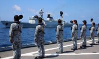 Lính hải quân Singapore vẫy chào một tàu khu trục Trung Quốc đang rời đi sau một đợt tập trận chung. Ảnh: Xinhua
