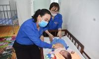 Chị Võ Kim Chuyền, Bí thư Tỉnh Ðoàn Sóc Trăng thăm hỏi trẻ em tại Trung tâm bảo trợ xã hội Sóc Trăng ẢNH: HÒA HỘI