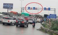 Cầu Thanh Trì vẫn ùn tắc kéo dài trong ngày đầu hạ tốc độ xuống 60km. Ảnh: Anh Trọng