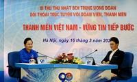 MC Lê Anh và Bí thư thứ nhất T.Ư Ðoàn Nguyễn Anh Tuấn tại buổi đối thoại