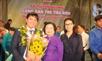 """Cha đẻ"""" ATM gạo Hoàng Tuấn Anh cùng vợ chụp ảnh với nguyên Phó Chủ tịch nước Trương Mỹ Hoa trong buổi nhận danh hiệu Công dân trẻ tiêu biểu TPHCM năm 2020"""