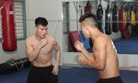 Võ sĩ Nguyễn Văn Ðương (bên trái) ra sức tập luyện cho các mục tiêu tại đấu trường khu vực và thế giới sắp tới. Ảnh: NGÔ TÙNG