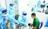 Chuẩn bị tiêm vắc-xin ngừa COVID-19cho nhân viên y tế. Ảnh: Như Ý