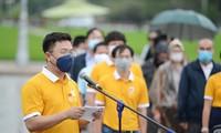 Ðoàn đại biểu đặt vòng hoa và dâng hương tưởng nhớ, tri ân các anh hùng liệt sỹ tại Ðài tưởng niệm Bắc Sơn.