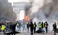 Người biểu tình áo vàng trước Khải hoàn môn, Paris. Ảnh: Time