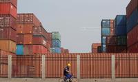 Công nhân đi ngang một trung tâm kho vận ở cảng Thiên Tân, Trung Quốc hôm 16/5. Ảnh: Reuters