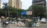 Xe rác xếp hàng trên phố phường Hà Nội những ngày qua