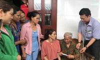 Ông Trương Quốc Lâm, Trưởng phòng LÐ- TB & XH huyện Ðông Hải trao quà hỗ trợ cho chị Hon