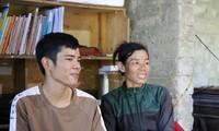 Tạ Quang Thanh cùng mẹ trò chuyện với phóng viên báo Quảng Bình