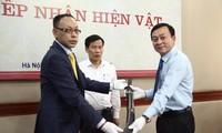 Bộ trưởng VHTTDL chứng kiến ông Vương Quỳnh Xuân (trái) trao hiện vật quý cho Bảo tàng Hồ Chí Minh. Ảnh: SƠN TUẤN