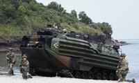 Lính thủy đánh bộ Mỹ đang di chuyển cùng một xe tấn công đổ bộ trong chương trình tập trận chung ở Philippines. Ảnh: EPA