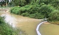 Các nguồn nước khác nhau đang đổ ra kênh chảy vào Nhà máy nước sạch sông Đà. Ảnh chụp chiều 21/10. Ảnh: A.Trọng