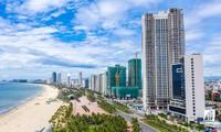 Nhiều công trình Condotel dọc bờ biển Ðà Nẵng. Ảnh: Hồng Vĩnh