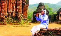 Gần mười năm nay, Thiên Thành Vũ là người giữ hồn kèn saranai, giữ văn hóa nghệ thuật Chăm giữa lòng Thánh địa. Ảnh: Giang Thanh