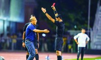 HLV Park Hang Seo nhận thẻ đỏ ở trận chung kết SEA Games 30. Ảnh: Zing