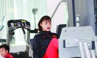 Trung vệ Chương Thị Kiều tập luyện trong phòng Gym