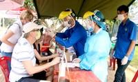 Các bạn trẻ Ðà Nẵng hỗ trợ lực lượng công an và y tế tại các điểm chốt ở cửa ngõ của TP Ðà Nẵng. Ảnh: Giang Thanh