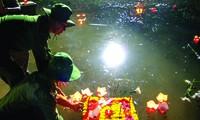Thả hoa đăng trên sông Thạch Hãn