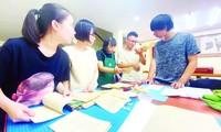 Vợ chồng bác sĩ giấy (thứ 2-3 từ phải sang) cùng học trò ở Hán Nôm Ðường